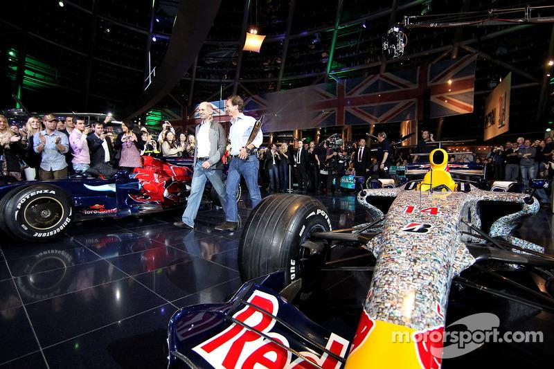 Chief technical officer Adrian Newey, team principal Christian Horner en een auto van Red Bull Racin