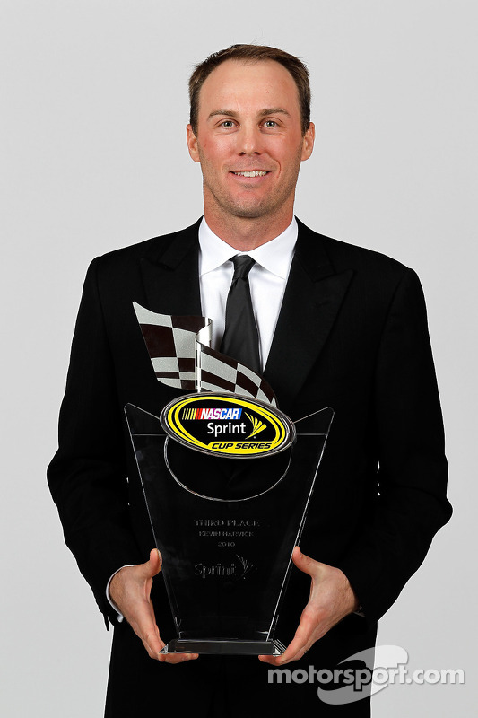 NASCAR rijder Kevin Harvick met trofee 3de plaats