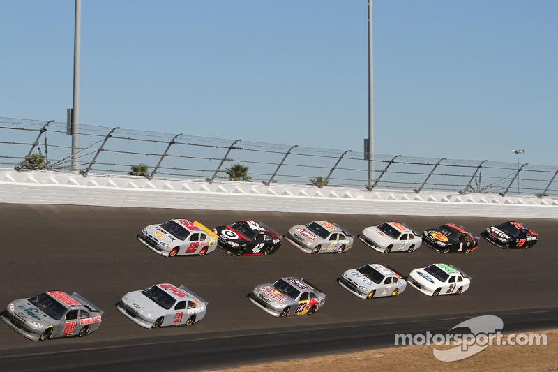 Dale Earnhardt Jr. voert een groepje auto's aan