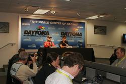Jamie McMurray, Earnhardt Ganassi Racing Chevrolet and Jeff Gordon, Hendrick Motorsports Chevrolet