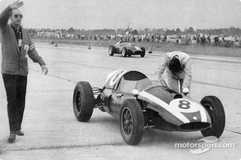 1959: Jack Brabham duwt zijn Cooper-Climax naar de titel