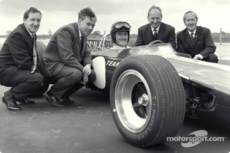 Premier roulage de la Lotus 49 Ford, usine Lotus : Maurice Phillippe (Designer), Keith Duckworth (Designer du moteur), Graham Hill (pilote), Mike Costin (Ingénieur Cosworth), Colin Chapman (Fondateur de Lotus)