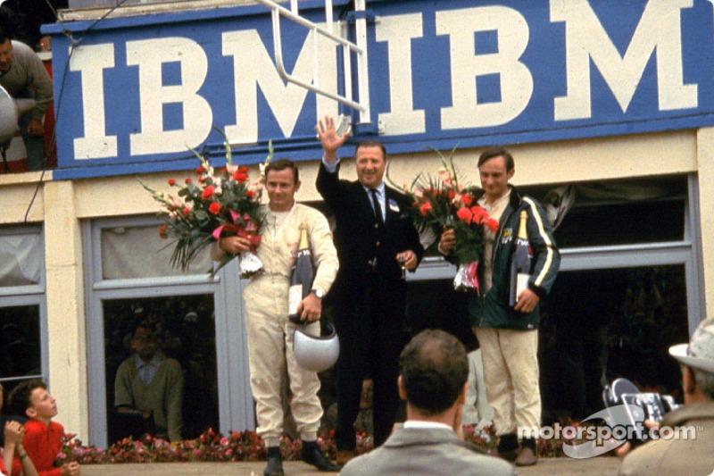 De izquierda: Bruce McLaren, Henry Ford II y Chris Amon en el podio de la victoria tras las 24 Horas de Le Mans en 1966