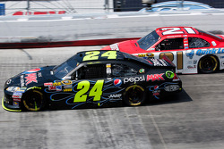 Jeff Gordon, Hendrick Motorsports Chevrolet and Trevor Bayne, Wood Brothers Racing Ford