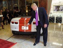 Donald Trump et la Chevrolet Camaro SS, qu'il pilotera aux 500 Miles d'Indianapolis