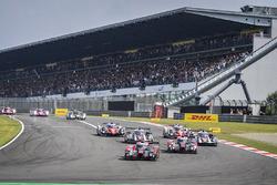 Start: #7 Audi Sport Team Joest Audi R18: Marcel Fässler, Andre Lotterer leidt