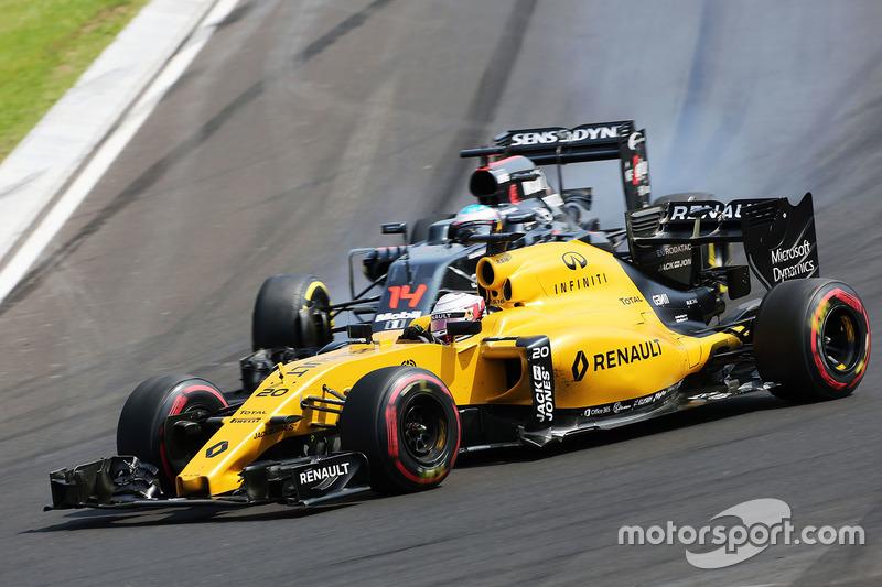 Kevin Magnussen, Renault Sport F1 Team RS16 and Fernando Alonso, McLaren MP4-31 battle for position