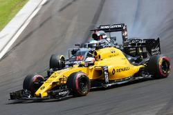 Kevin Magnussen, Renault Sport F1 Team RS16 y Fernando Alonso, McLaren MP4-31 batalla por la posición