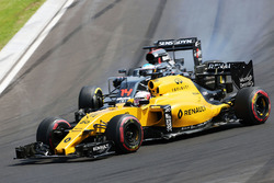 Kevin Magnussen, Renault Sport F1 Team RS16; Fernando Alonso, McLaren MP4-31