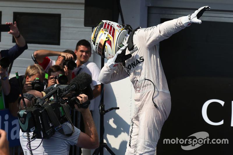Lewis Hamilton celebra su victoria en Budapest
