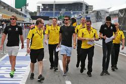 Джоліон Палмер, Renault Sport F1 Team та Естебан Окон, Renault Sport F1 Team Test Driver прогуюються по трасі з командою