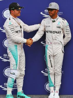 Nico Rosberg, Mercedes AMG F1 festeggia la sua pole position nel parco chiuso con il secondo qualificato e compagno di squadra Lewis Hamilton, Mercedes AMG F1