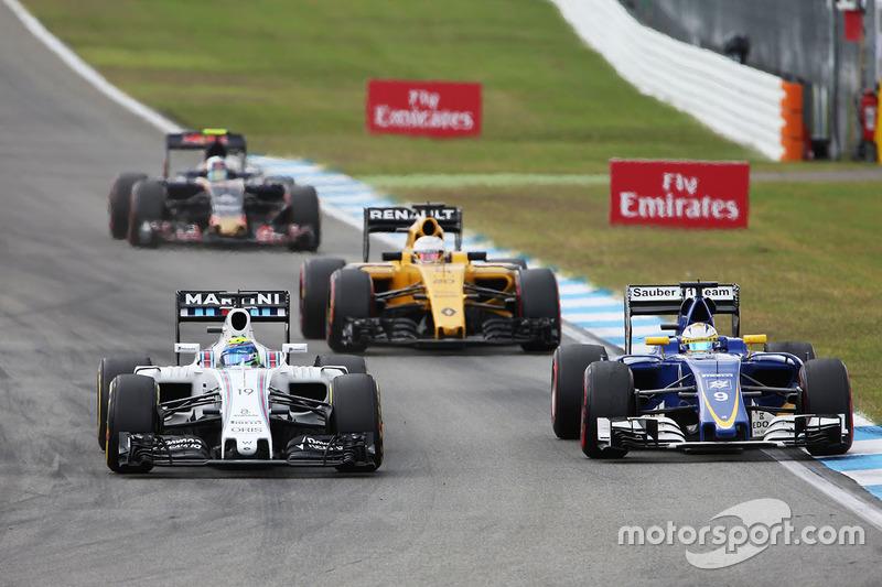 Felipe Massa, Williams FW38 e Marcus Ericsson, Sauber C35 lottano per la posizione