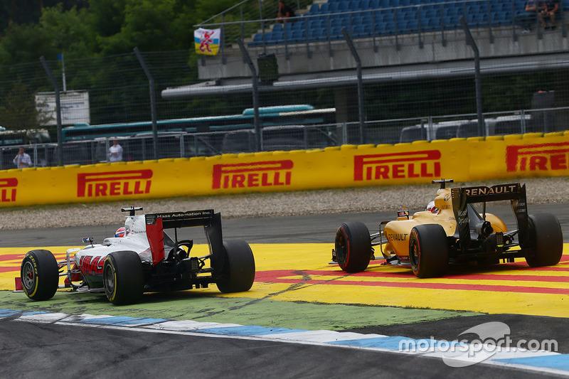 Romain Grosjean, Haas F1 Team VF-16 e Kevin Magnussen, Renault Sport F1 Team RS16 lottano per la posizione
