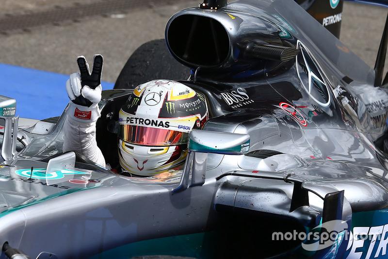 Il vincitore Lewis Hamilton, Mercedes AMG F1 W07 Hybrid nel parco chiuso