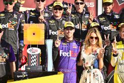 Sieger Denny Hamlin, Joe Gibbs Racing, Toyota, mit Lebensgefährtin Jordan Fish
