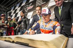 Marc Marquez, Repsol Honda Team firma il Golden Book di Graz alla parata della MotoGP