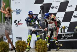 Podium: ganador, Cal Crutchlow, Team LCR Honda, segundo lugar, Valentino Rossi, Yamaha Factory Racing celebra con champagne