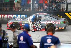 Sieger Kevin Harvick, Stewart-Haas Racing, Chevrolet; Tony Stewart, Stewart-Haas Racing, Chevrolet