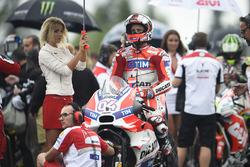 Andrea Dovizioso, Ducati Team con hermosa chica de la parrilla