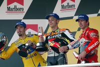 Podio: il vincitore della gara Valentino Rossi, Repsol Honda Team, il secondo classificato Max Biaggi, Pramac Pons, il terzo classificato Troy Bayliss, Ducati Team