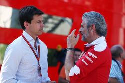 (Da sx a dx): Toto Wolff, Azionista e Direttore Esecutivo Mercedes AMG F1 con Maurizio Arrivabene, Team Principal Ferrari