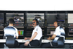 Eric Boullier, Director de carreras de McLaren y David Redding, director del equipo McLaren, en la pared del pit