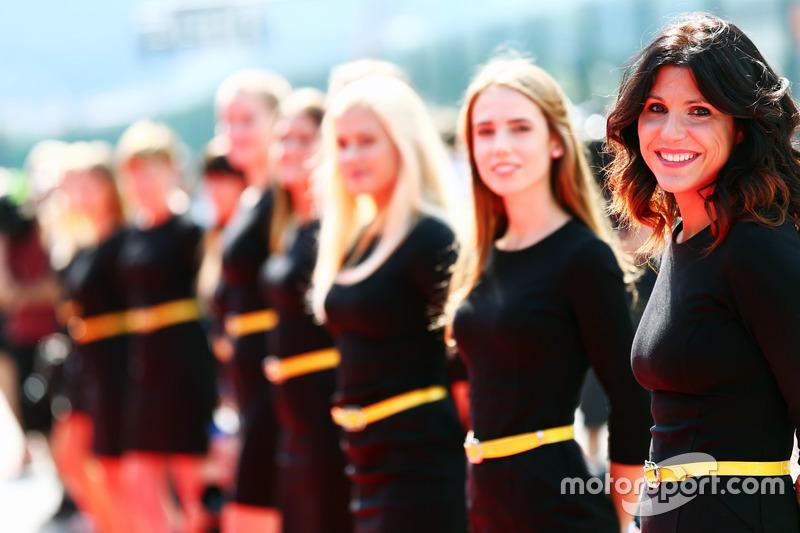 Grid girls nella sfilata dei piloti
