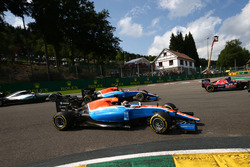 Pascal Wehrlein, Manor Racing MRT05 y Esteban Ocon, Manor Racing MRT05 al comienzo de la carrera
