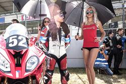 #52, Lukoil BMW Motorrad CSEU, BMW: Roland Resch, Fabrizio Loi, Julian Mayer with a grid girl
