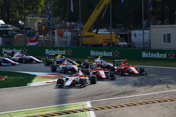 Charles Leclerc, ART Grand Prix precede Jake Dennis, Arden International e Jack Aitken, Arden International alla partenza