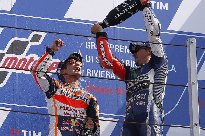 Переможець гонки Дані Педроса, Repsol Honda Team, третє місце Хорхе Лоренсо, Yamaha Factory Racing