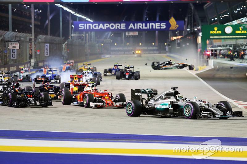 Lewis Hamilton, Mercedes AMG F1 W07 Hybrid alla partenza della gara mentre Nico Hulkenberg, Sahara Force India F1 VJM09 va a sbattere