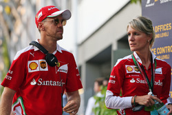 Sebastian Vettel, Ferrari con Britta Roeske, Ferrari encargada de prensa