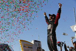 Il vincitore della gara Martin Truex Jr., Furniture Row Racing Toyota
