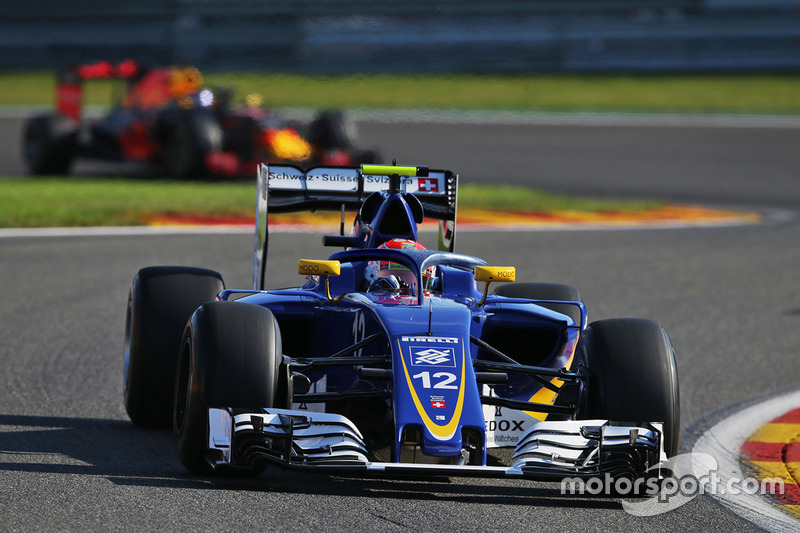 Sauber C35, halo in teamkleuren
