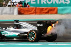 Lewis Hamilton, Mercedes AMG F1 valt uit met opgeblazen motor
