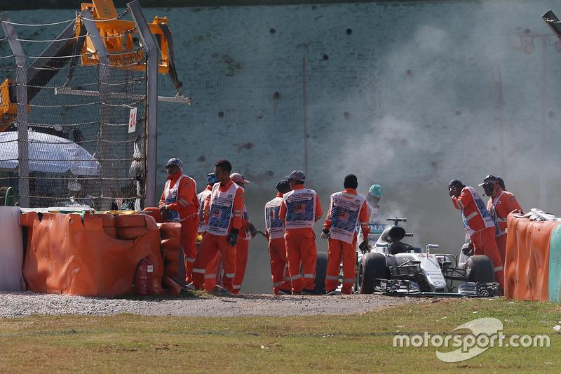 Lewis Hamilton, Mercedes AMG F1 W07 Hybrid truena su motor y se retira de la carrera