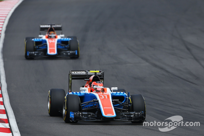 Эстебан Окон, Manor Racing MRT05, и Паскаль Верляйн, Manor Racing MRT05