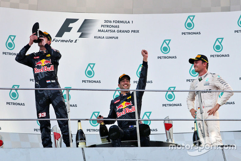Podium: Max Verstappen, Red Bull Racing, segundo; Daniel Ricciardo, Red Bull Racing, ganador; Nico Rosberg, Mercedes AMG F1, tercero