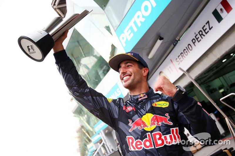 Ganador, Daniel Ricciardo, Red Bull Racing celebra con su equipo