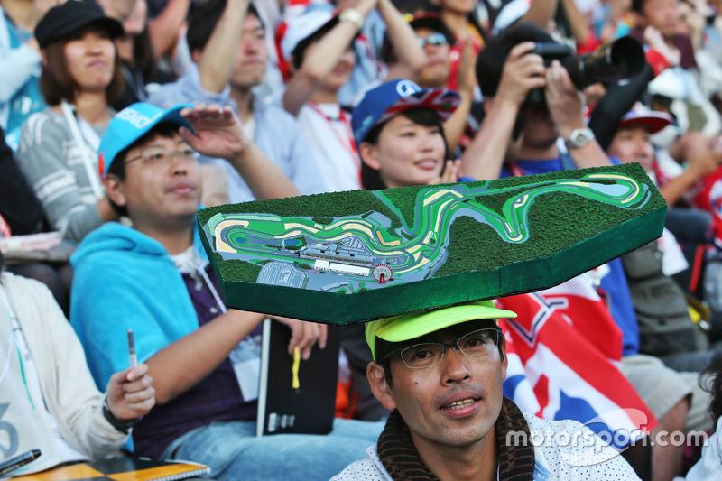 Ein Fan auf der Tribüne mit dem Streckenlayout auf seinem Kopf