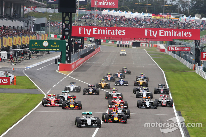 Nico Rosberg (GER) Mercedes AMG F1 W07 Hybrid leads at the start of the race