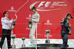 Podium: Andrew Shovlin, Mercedes, mit 1. Nico Rosberg, Mercedes AMG F1; 2. Max Verstappen, Red Bull Racing