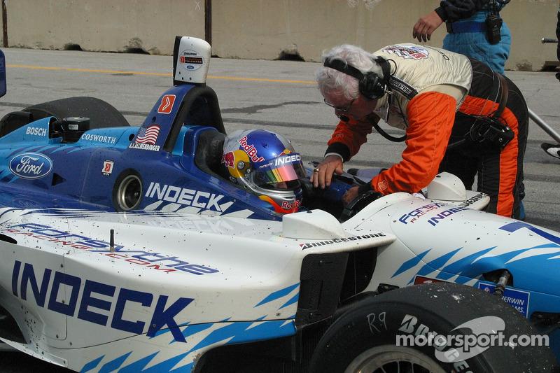A.J. Allmendinger est salué par un employé de Champ Car
