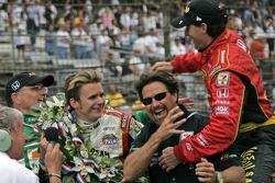 Race winner Dan Wheldon celebrates with Kim Green, Michael Andretti and Bryan Herta