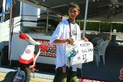 Un fan joven con un homenaje a Paul Dana