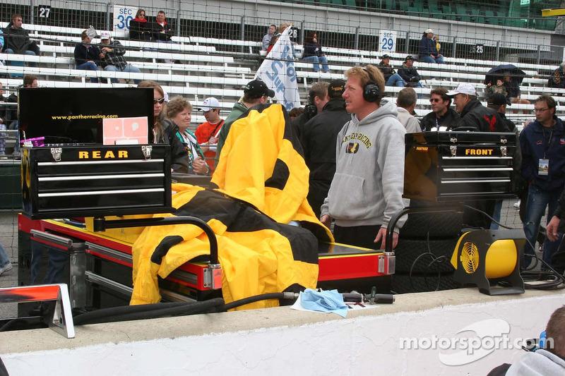 L'équipe Panther Racing a des boites à outils pour l'avant et l'arrière de la voiture