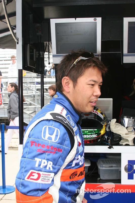 Kosuke Matsuura trouve un endroit sec sous la pluie