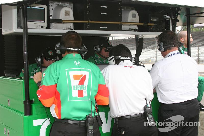 Les ingénieurs de Andretti Green sont occupés au travail